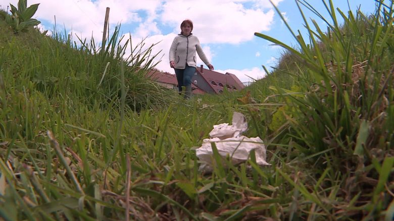 Anne-Sophie Campello retrouve quotidiennement des déchets laissés par les promeneurs sur ses parcelles. / © Bernard Stemmer / France Télévisions