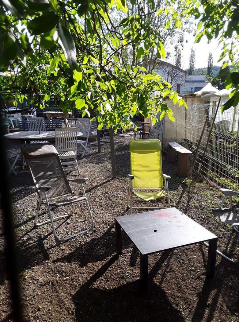 Le plaisir de faire une pause et s'asseoir en pleine nature, le réconfort après l'effort. La noix verte à Montcy Notre Dame / © Jean-Marc Colignon / Ardennes
