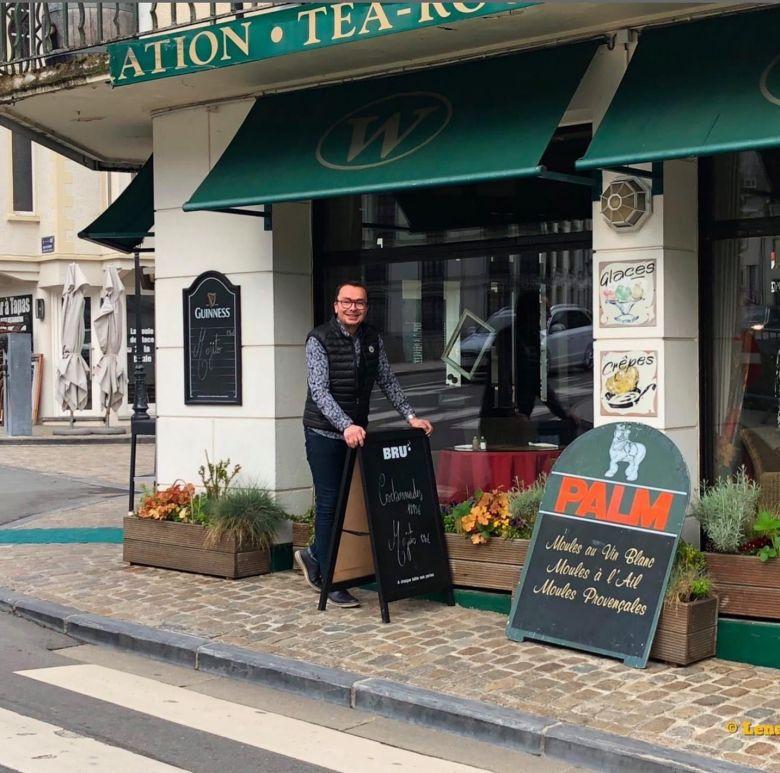 """Elisio Gaspar, devant son restaurant le """"Windsor"""". / © Document remis"""