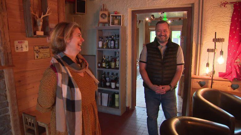 Christelle et Frédéric Mentzinger dans leur hôtel / © Vincent Roy / France Télévisions