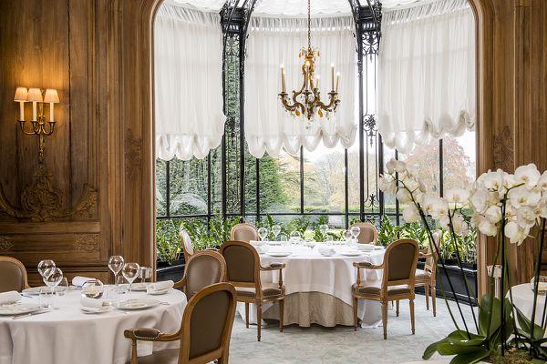 """Depuis la salle du restaurant """"Le Parc"""", on peut apercevoir les jardins."""