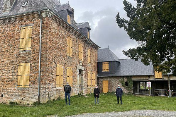 """Le président, le vice-président de l'association """"Racines de Jean Mermoz"""" et le maire de Rocquigny."""