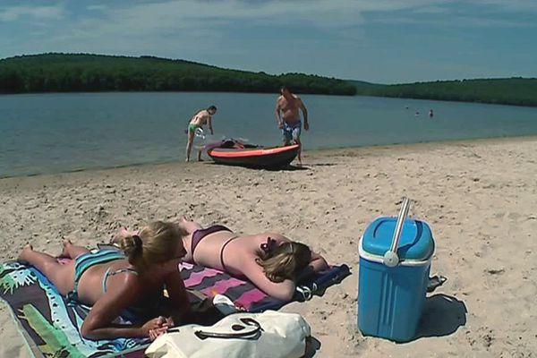 Aux beaux jours, on peut bronzer, au Lac des Vieilles Forges.