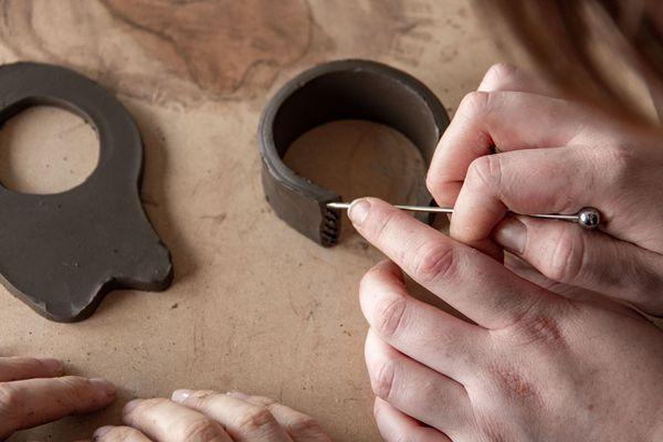 Apprendre la technique pour créer le fond de votre pot : il s'agira ici de découper un cercle dans votre plaque de terre.