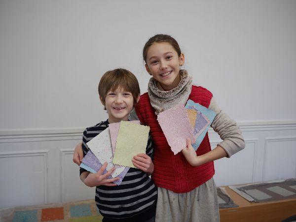 Les enfants apprécient de mettre la main à la pâte et de créer ses feuilles de couleurs en papier recyclé, un bon moyen de les sensibiliser au recyclage.