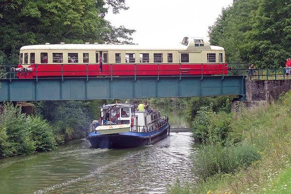 Sur son parcours, le train franchit le canal des Ardennes.
