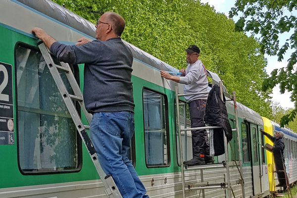Au printemps, petit coup de peinture, pour redonner toute sa beauté au train.