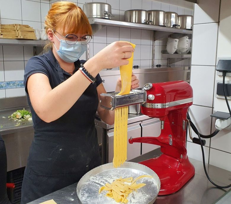 Fanny fait des pâtes pour accompagner le filet mignon de la ferme / © C.Laemmel / France Télévisions